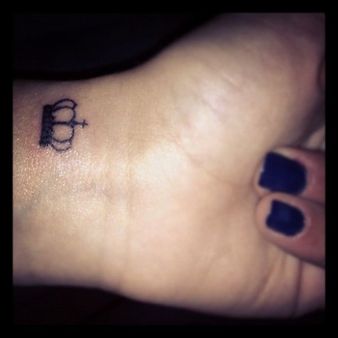 Crown tattoos on finger - photo#28
