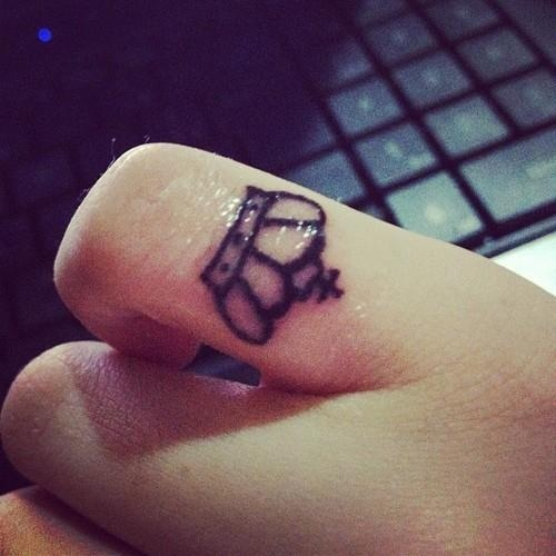 Crown tattoos on finger - photo#5