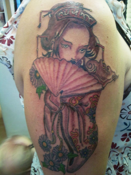 Geisha With Fan Tattoo On Right Shoulder