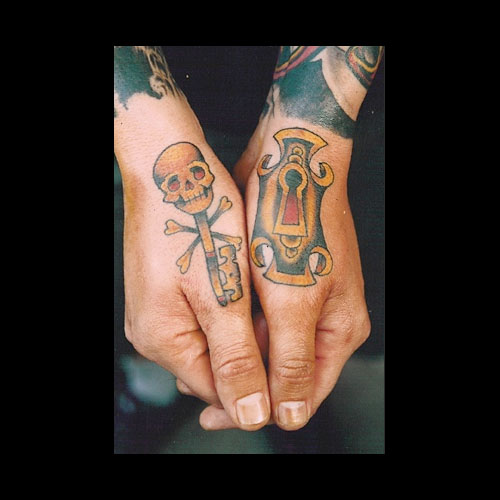 skull-key-n-hole-tattoo-design-on-thumbs
