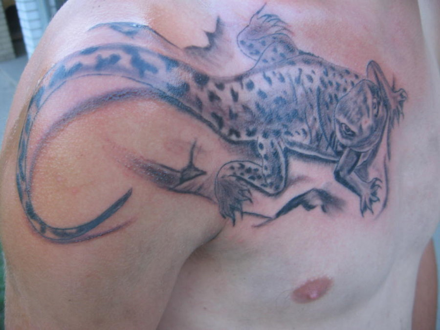 Amazing Lizard Tattoo On Shoulder For Men