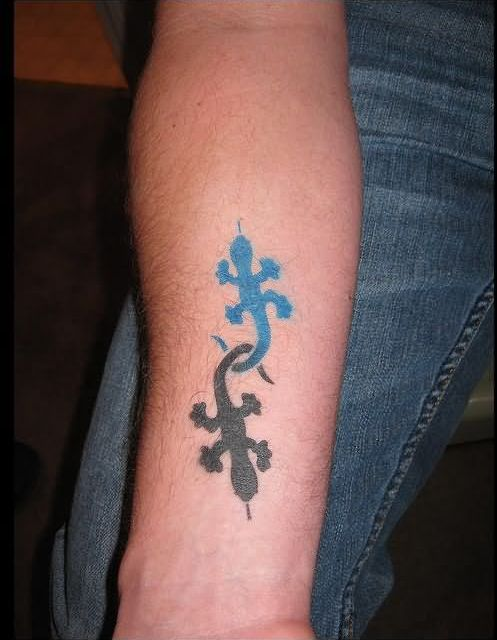 Black And Blue Airbrush Lizard Tattoo Designs On Forearm