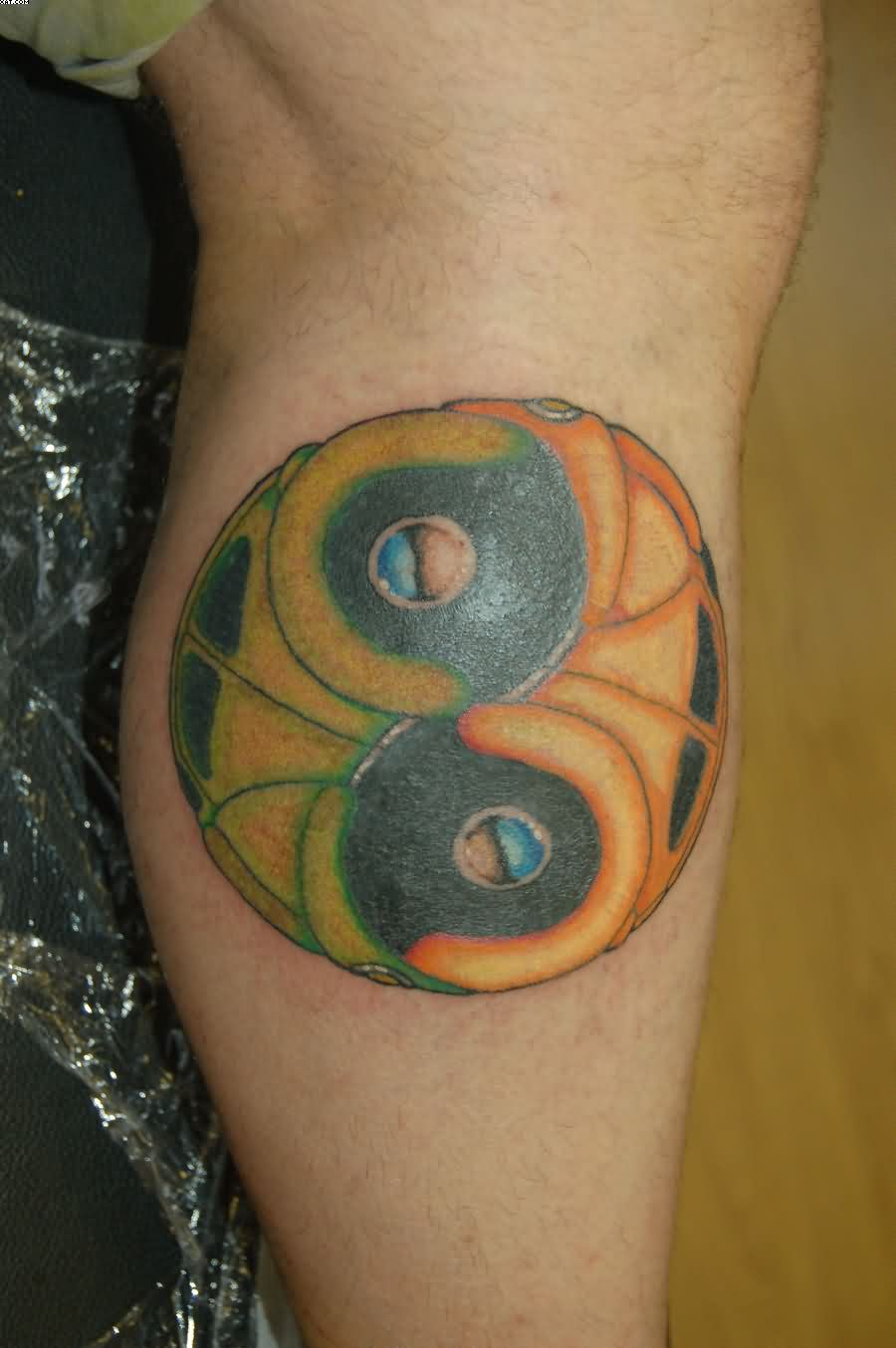 Lovely Yin Yang Tattoo On Leg