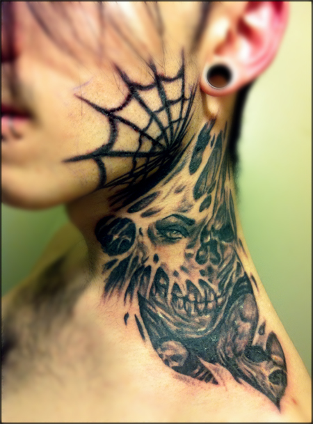razor-and-spiderweb-neck-tattoos