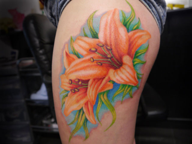 New Ink Flower Tattoos On Side Of Thigh