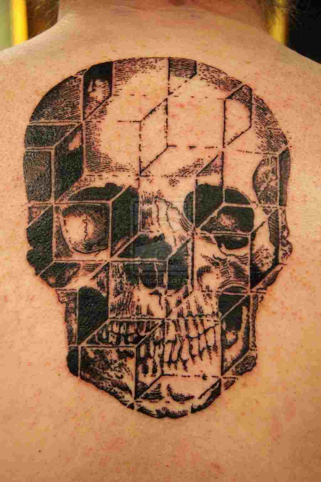 rare-3d-skull-tattoo-on-upperback