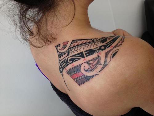 Gorgeous Tribal Polynesian Tattoo On Right Back Shoulder