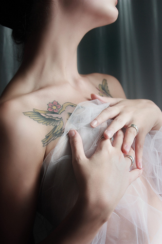 Lovely Collarbone Tattoos For Girls (3)