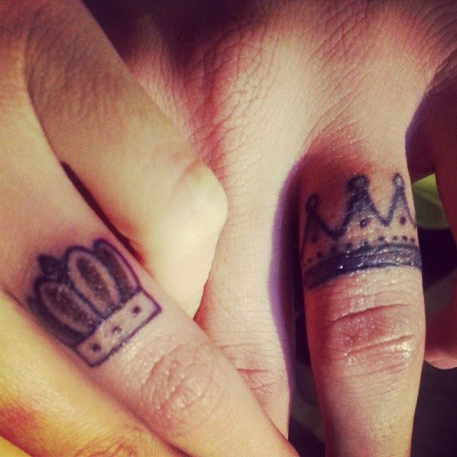 King And Queen Crown Tattoos On Fingers For Couple
