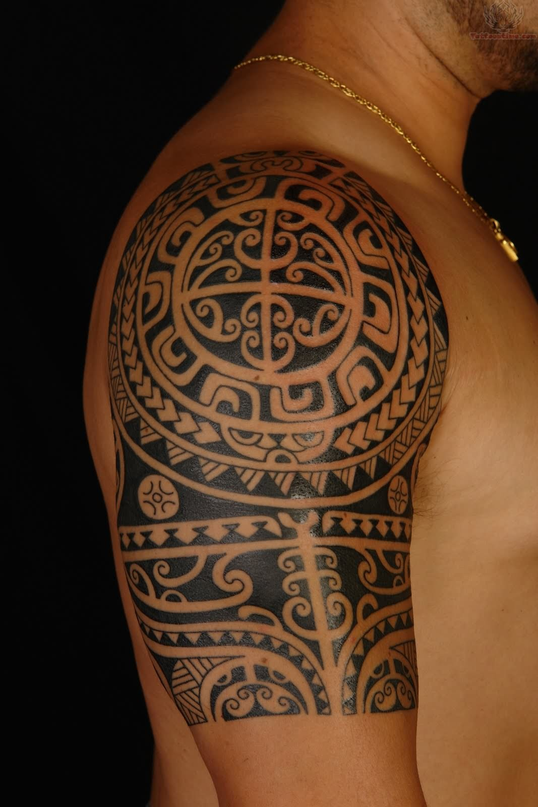 Coolest Triabl Hawaiian Tattoo Design On Men Right Shoulder