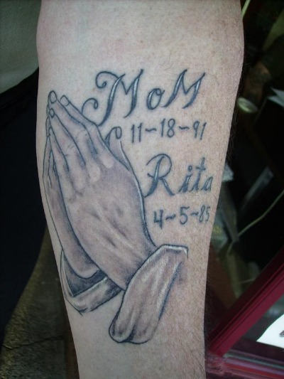 Nice Praying Hands Remembrance Mom With Name And Date Tattoo